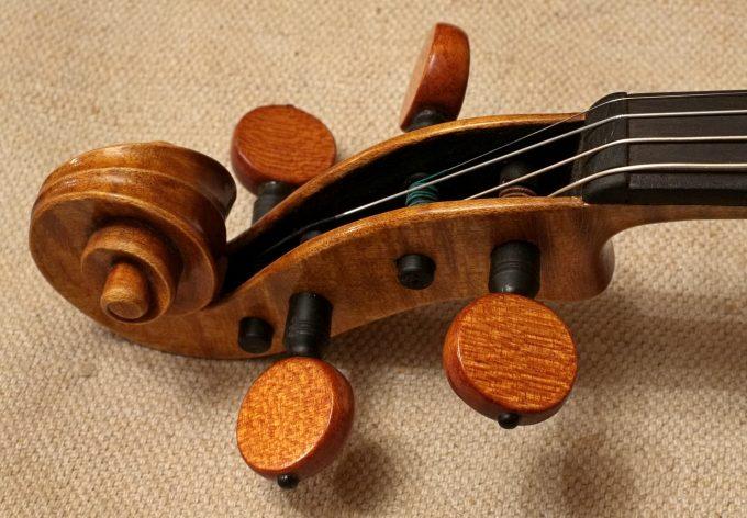 Violin scroll varnish